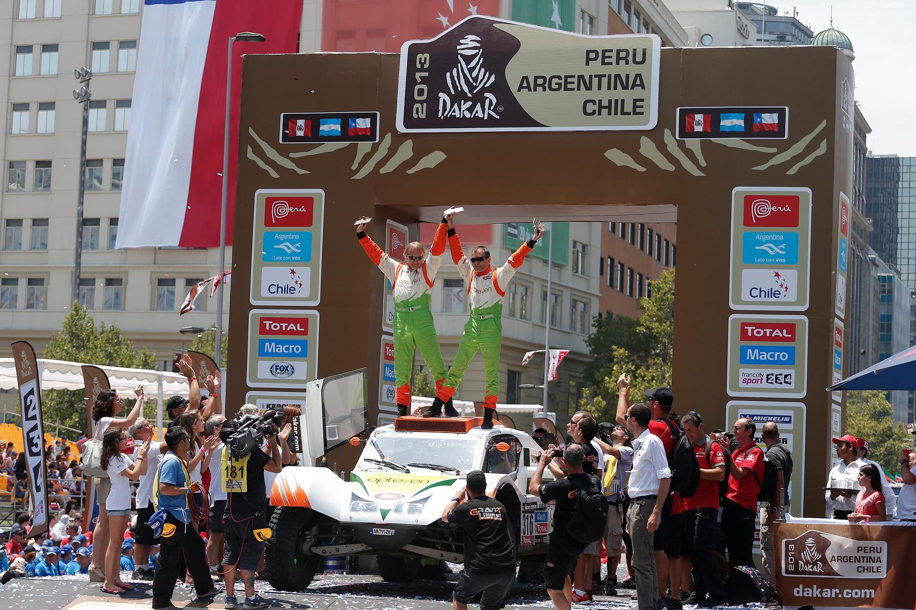 MOTORSPORT - DAKAR PERU CHILE ARGENTINA  2013 - FINISH / ARRIVEE - SANTIAGO (CHI) - 19/01/2013 - PHOTO :  FRANÇOIS FLAMAND / DPPI -  CHABOT RONAN ( FRANCE ) - SMG - TOYS MOTORS - SMG - AMBIANCE - PORTRAIT PODIUM