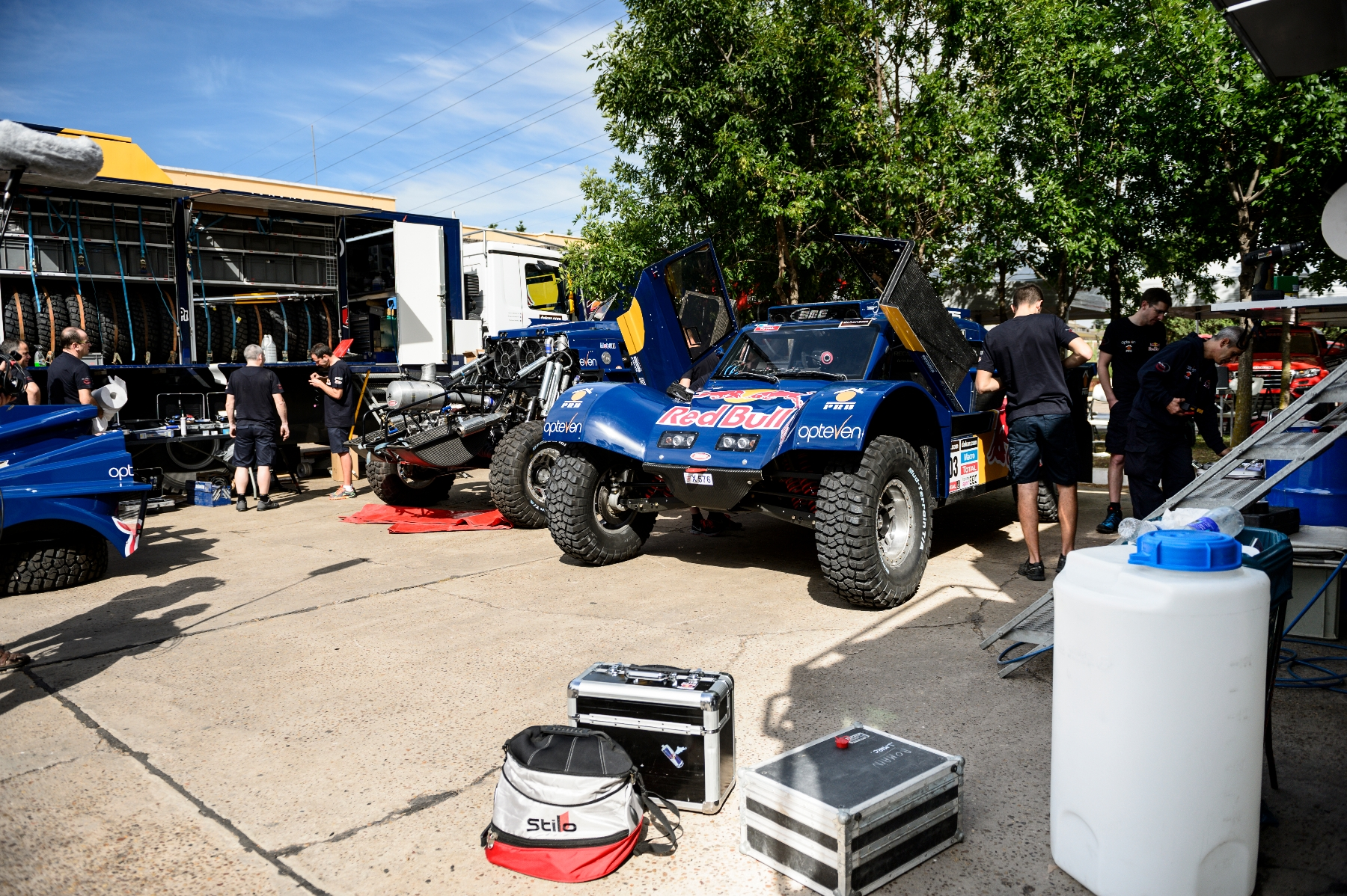 Team SMG prepares the car for testing prior Dakar Rally in Rosario, Argentina on January 3nd, 2014
