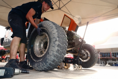 Mechanics during the Dakar 2015 Argentina Bolivia Chile, Stage 2 / Etape 2 -  Villa Carlos Paz to San Juan on January 5th 2015 at Villa Carlos Paz, Argentina. Photo Florent Gooden / DPPI